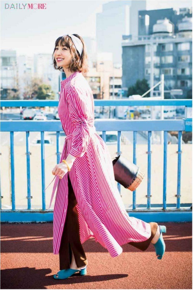 今日のコーデ 篠田麻里子 晴れた休日に似合うワンピといえばストライプ ブルーのサンダルとカラフルに心もはずんで fashion japanese fashion style