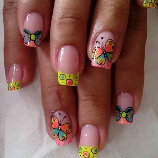 Uñas de colores fuertes