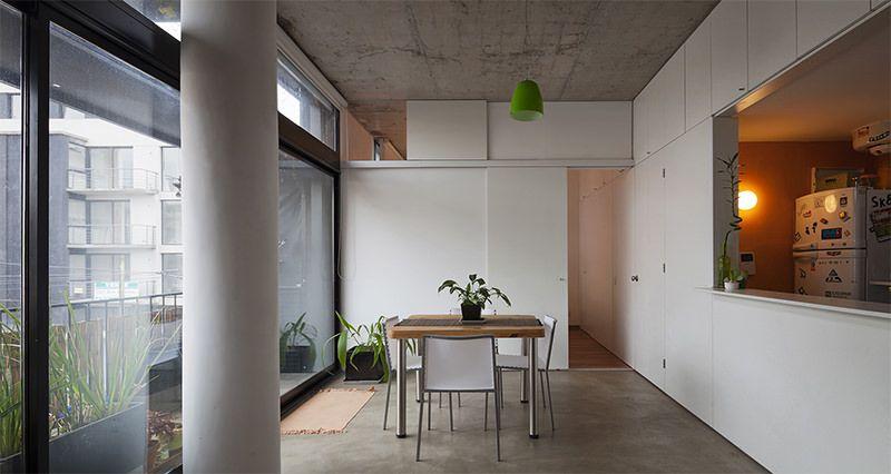Apartamento onde móveis planejados organizam e dividem os cômodos