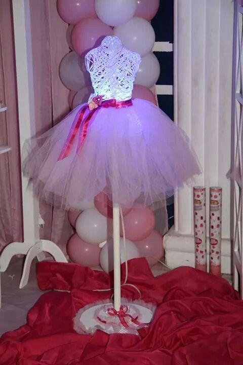 Corpo da bailarina feito de barbarte e cola. Foi usado como molde o corpo de uma boneca sem cabeça e sem bracos.