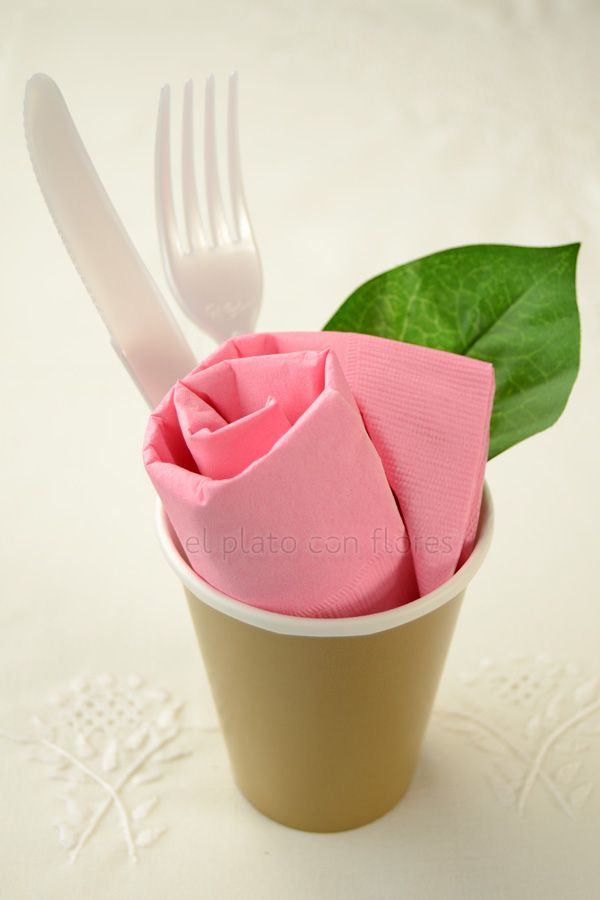 doblar servilletas de papel rosa