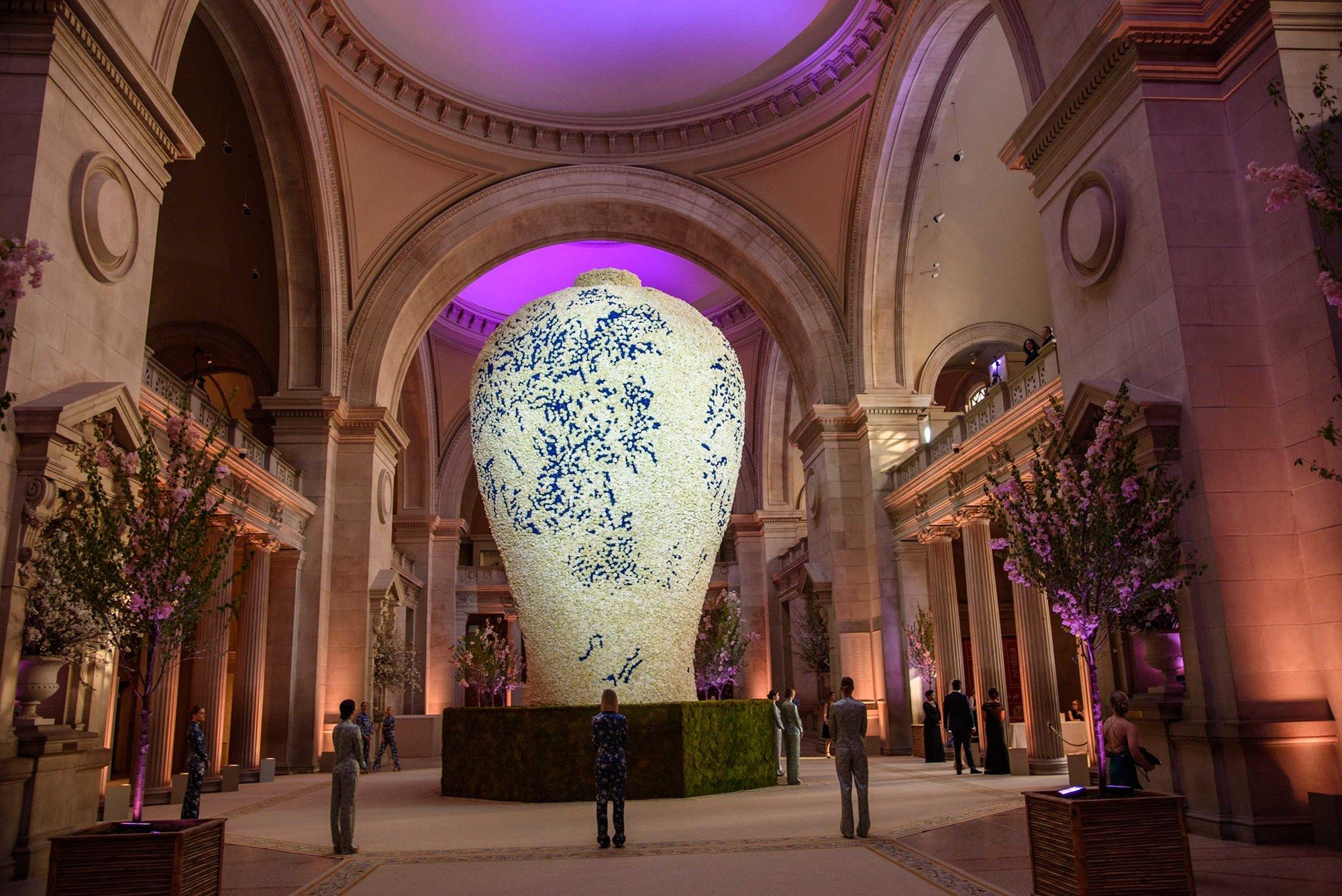 A Grand Entrance Met Gala Decor Throughout The Years Grand Entrance Gala Decorations Through The Looking Glass