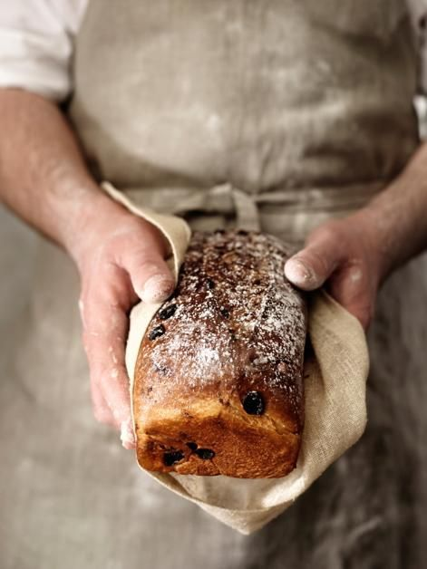 Braunes dunkles Brot und mehlige Hände *** brown dark bread hands & flour