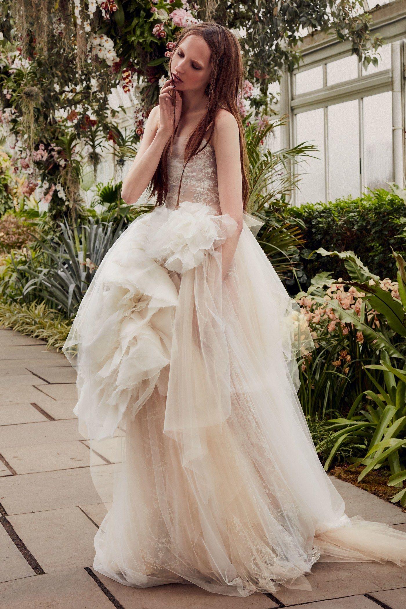 8 Major Wedding Dress Trends For Spring From Bridal Fashion Week Vera Wang Bridal Vera Wang Wedding Wedding Dress Trends [ 2100 x 1400 Pixel ]