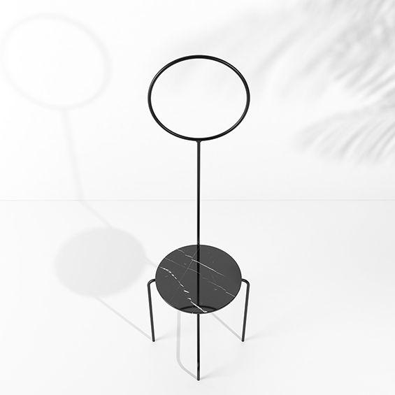 Diplômé en 2011, le jeune designer brésilien Pedro Paulo Venzon imagine des tables et des chaises en métal, inspirées par les oeuvres des représentants du haut modernisme brésilien tels Flávio de Carvalho, Lina Bo Bardi ou encore l'architecte Osca...