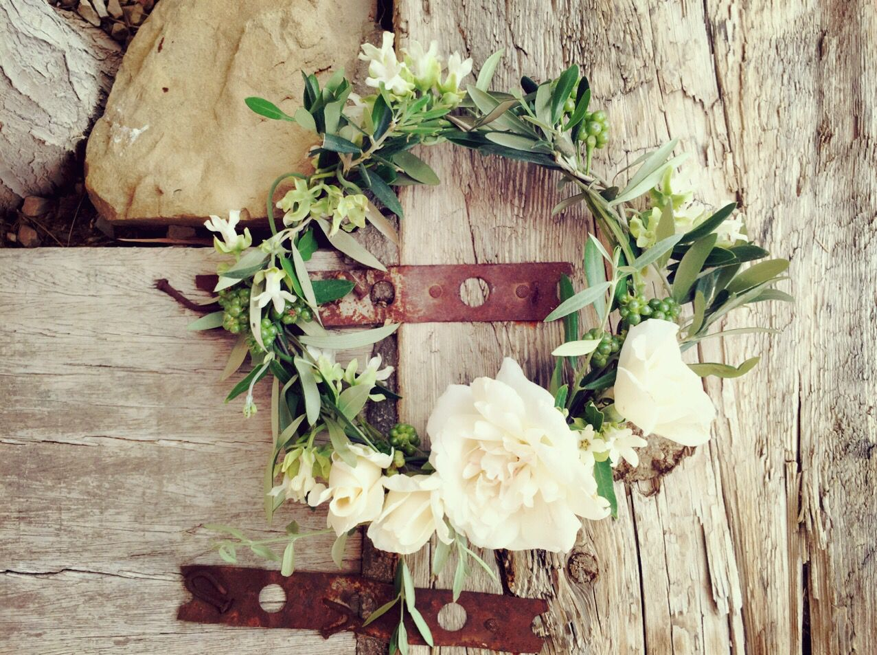 Las #coronas de #flores con ideales para conseguir el look #bohemio en las #niñas de #arras. Las flores naturales con aroma como el jazmín, la #lavanda y las rosas de jardín, no pueden faltar, pero sin duda el protagonista es, el #olivo, que se ha convertido en el must have de las decoraciones y accesorios florales de las #bodas de estilo #provenzal.