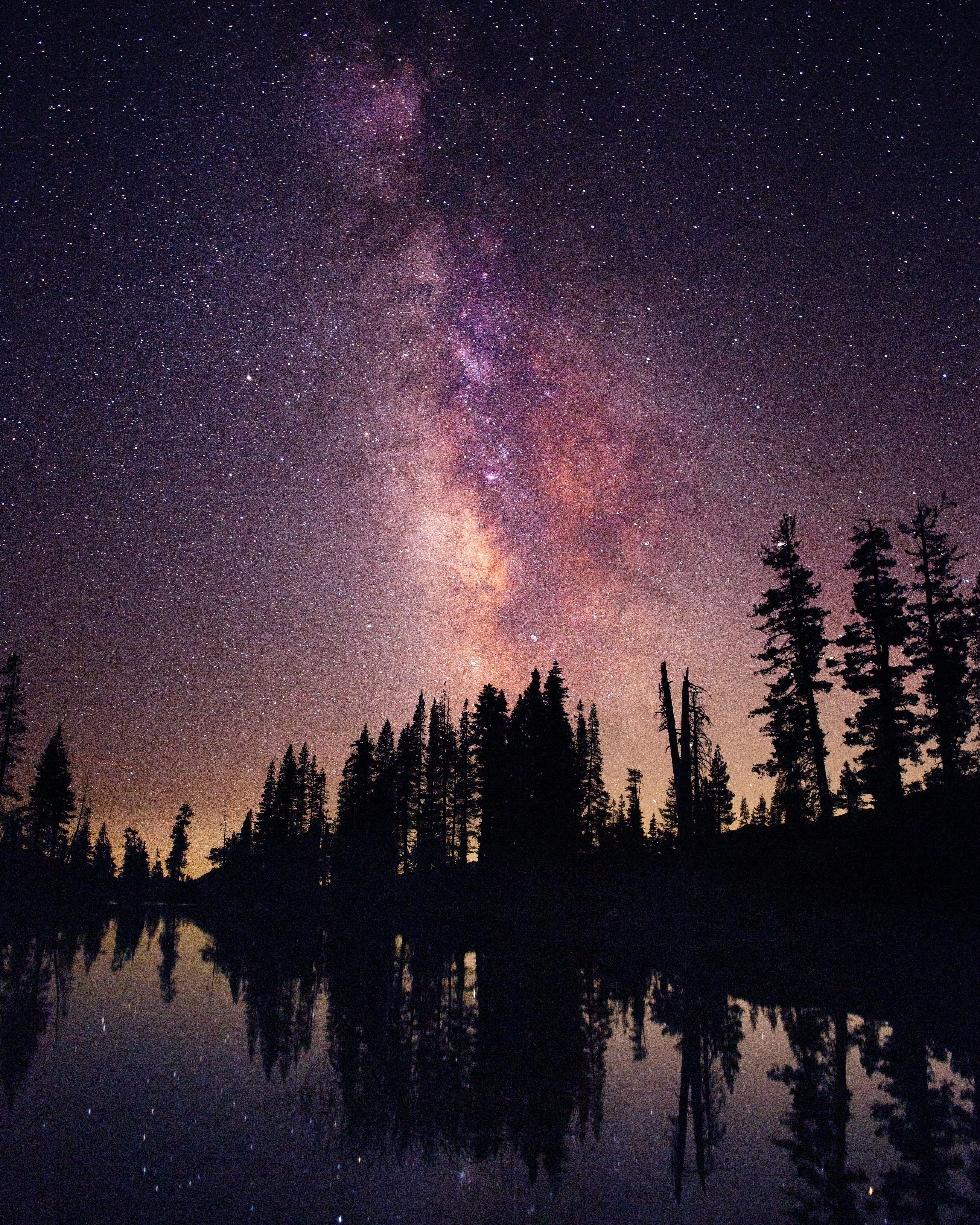 Starry Sky Over Lake Tahoe California Night Sky Photography Night Sky Wallpaper Sky Aesthetic Wallpaper night starry sky lake trees