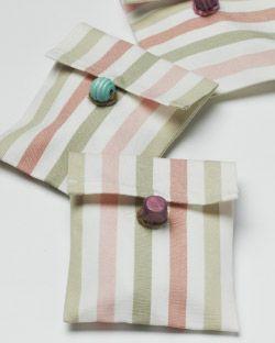 IKEA Österreich, Inspiration, Textilien, Blumensamen als Geschenk verpackt mit EMMIE RAND Meterware in Rosa