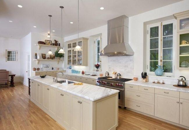 grobe moderne Küche mit Holzboden und Marmorarbeitsplatte und