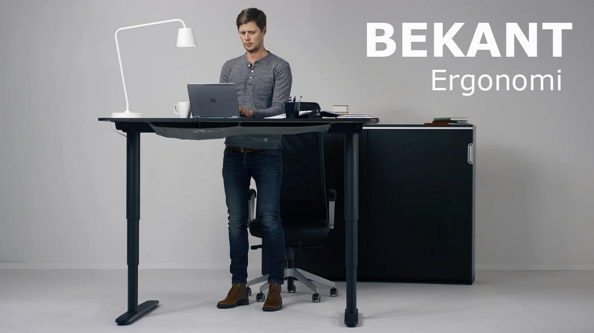 bekant est le nom de ce bureau qui se regle en hauteur permettant ainsi de travailler debout il faut dire que le principe de bosser debout et non assis