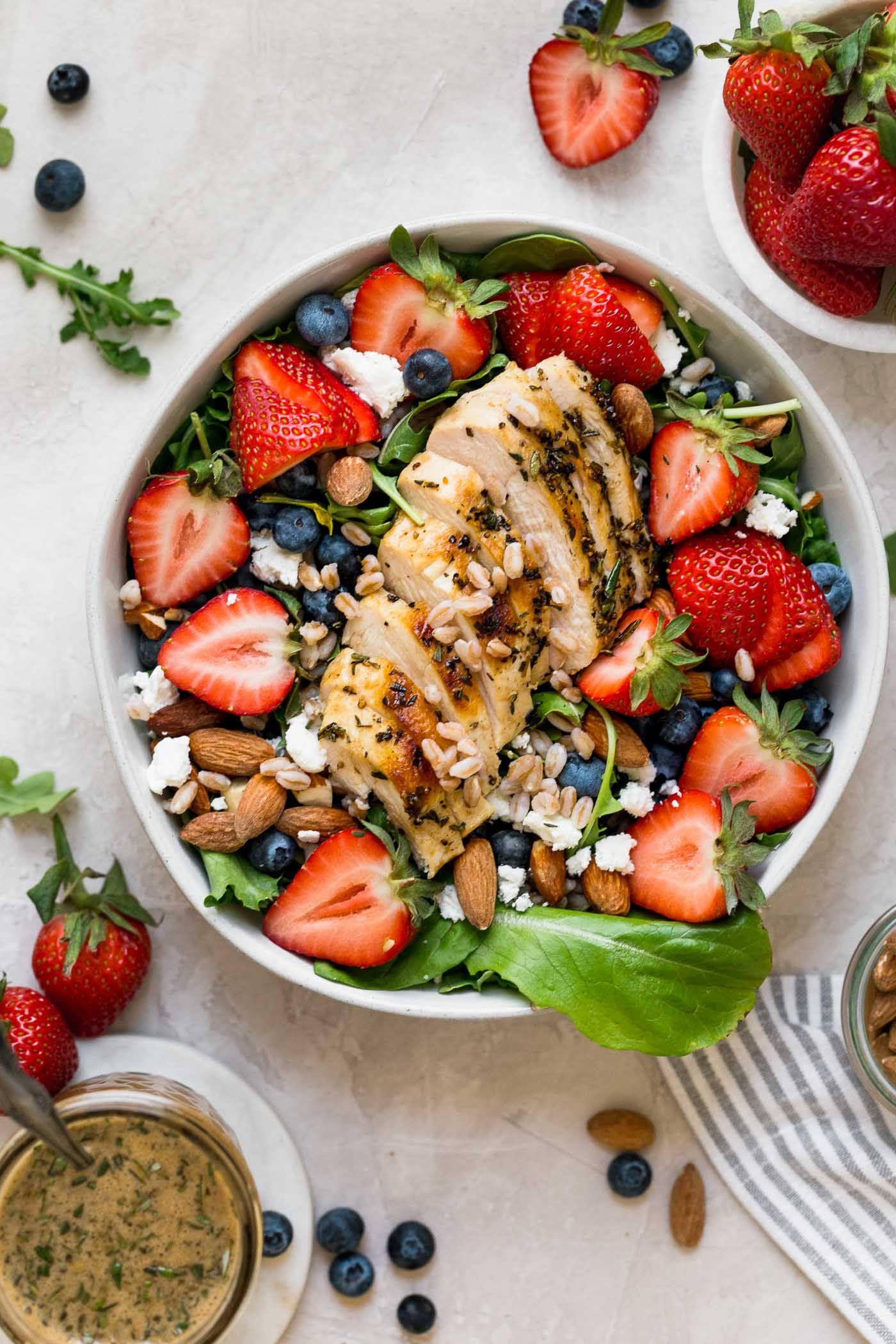 salade de fraises + fromage de chèvre et balsamique à l'érable - se marie bien avec le beurre