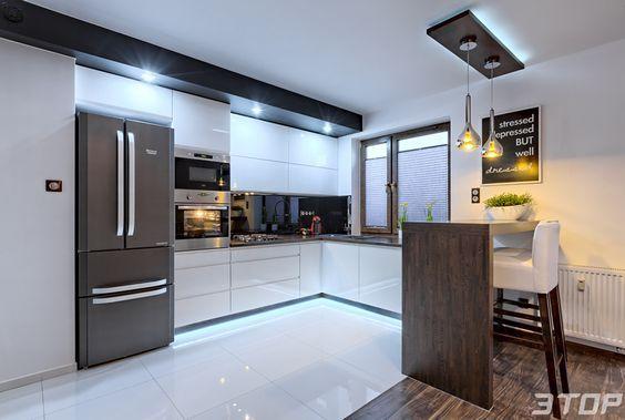 Biale Lsniace Kafle Komponuja Sie Z Mdf Em Na Wysoki Polysk Z Ktorego Wykonana Jest Zabudowa Kuch Modern Kitchen Apartment New Kitchen Interior Modern Kitchen