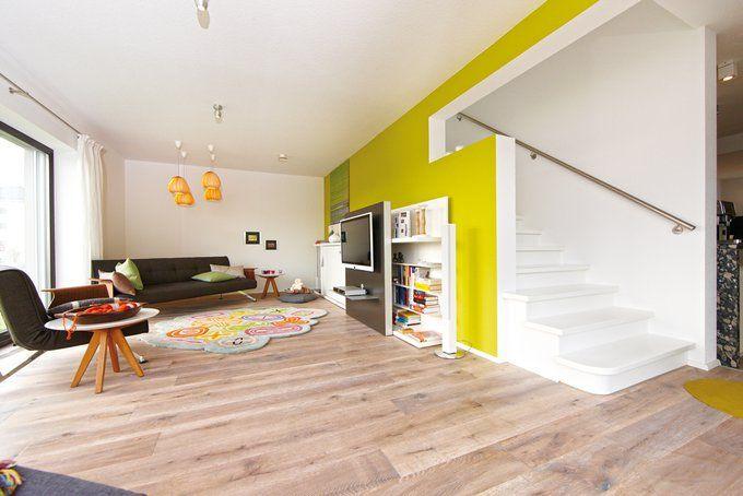 der wohnraum grenzt an eine offene k che die sich hinter der einl ufigen treppe verbirgt. Black Bedroom Furniture Sets. Home Design Ideas
