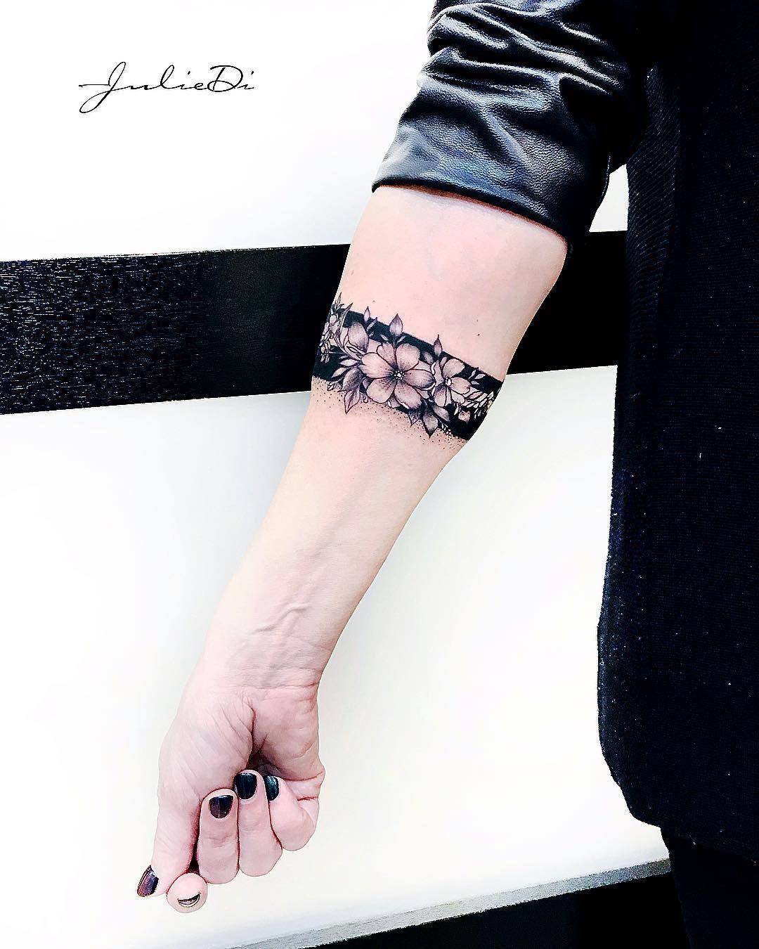 Тату - браслет для @savetlana_ 🖤 @kolibrisalon ✔️ @juliedi_ ✔️ @tattoojuliedi ✔️ ___________________ #свежая #воспаленная #тату…