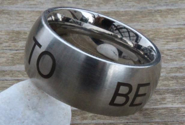 "Ring No. 81    Edelstahl  Oberfläche: matt / gestempelter Text  Breite: 10 mm    ""To be or not to be"""