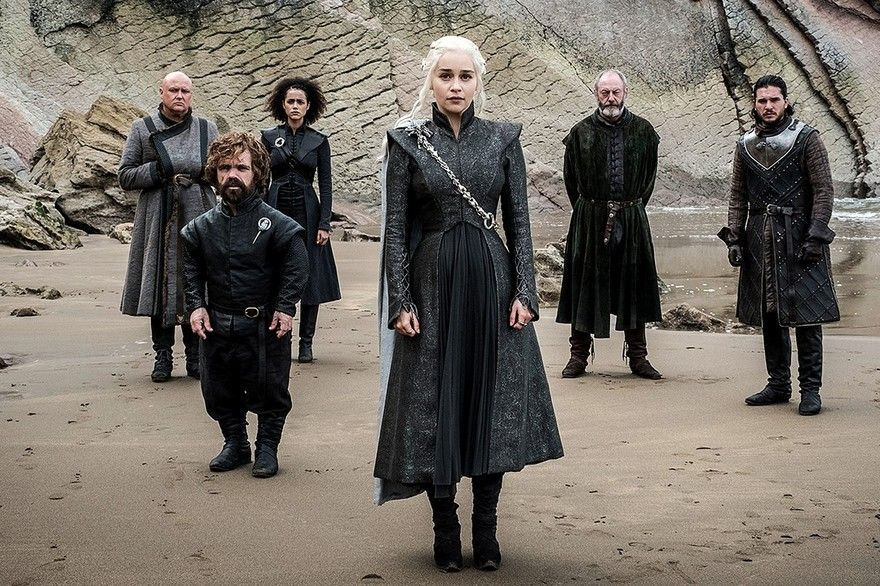 Daenerys Et Ses Alliés Sur La Plage De Peyredragon Game Of Thrones Jon Snow Et Daenerys Game Of Thrones Saison