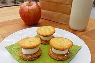 Marshmallow Peanut Butter Cracker Sandwiches recipe - @Alejandra - The Marshmallow Studio