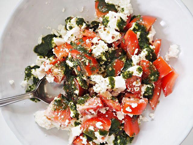 LA PETITE PRINCESSE: Sunnuntaisafkat - kaksi herkullista lisukesalaattia. Tomaattia ja fetaa basilikakastikkeella.