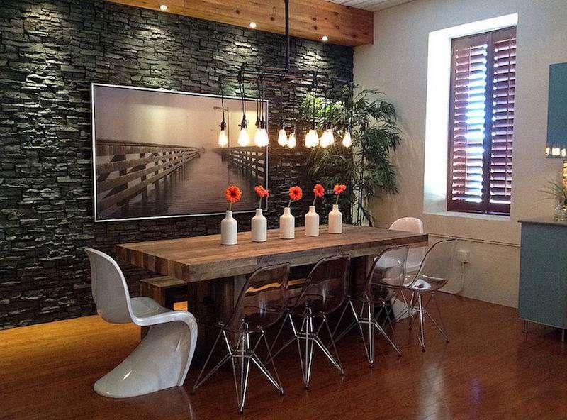 Grande table à manger en bois massif parement en pierre grise et chaises design en