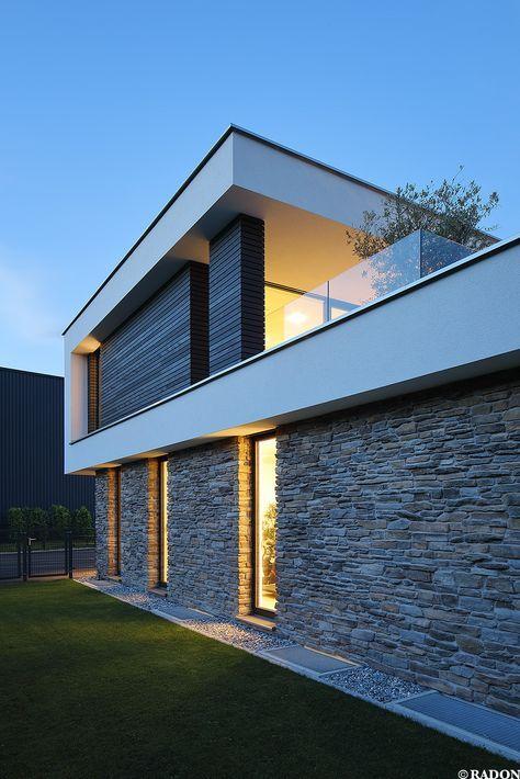 Einfamilienhaus Pool Flachdach Steinfassade Panoramafenster