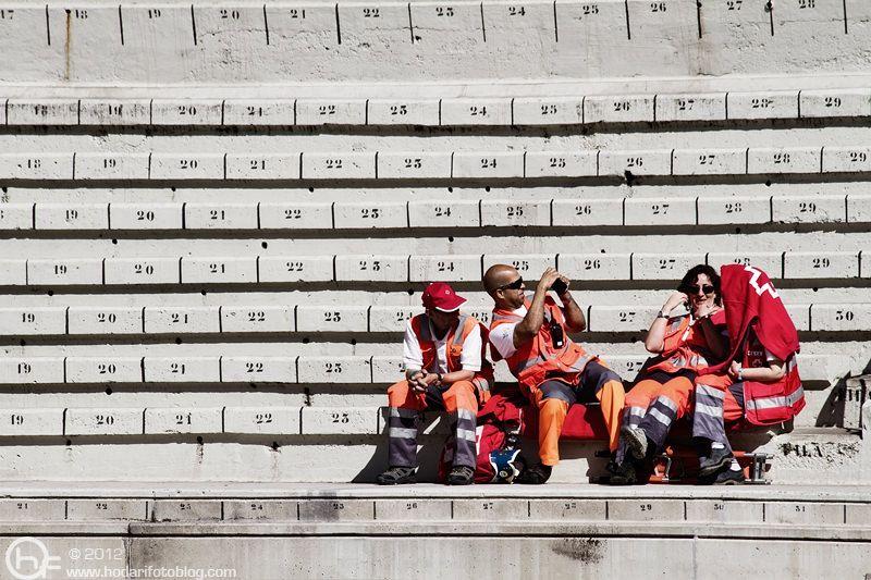 De esperas, voluntarios, fotos y sudaderas para el sol