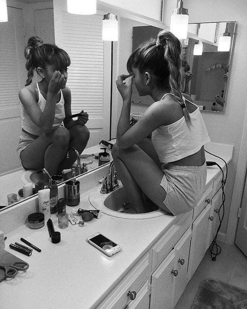 """Photo of Ariana Grande auf Instagram: """"Dieses Foto wurde von @larryfisherman aufgenommen, während ari w …"""