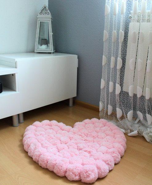 Pom pom teppich herz geformten teppich baby von pompommyworld diy - Pompoms kinderzimmer ...