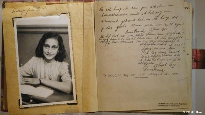 Cópia da primeira página do famoso diário, exposta no Centro Anne Frank em Berlim
