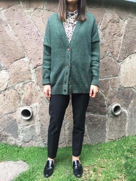 El sueter de botones viene con todo, como el estilo masculino. En este look mezclamos una camisa de flores, un sueter verde, un pantalón negro y zapatos negros.