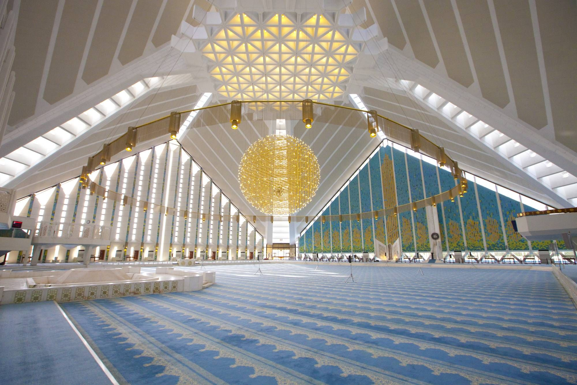 Interior view of the Faisal Mosque Islamabad Pakistan [2000x1333] via Classy Bro