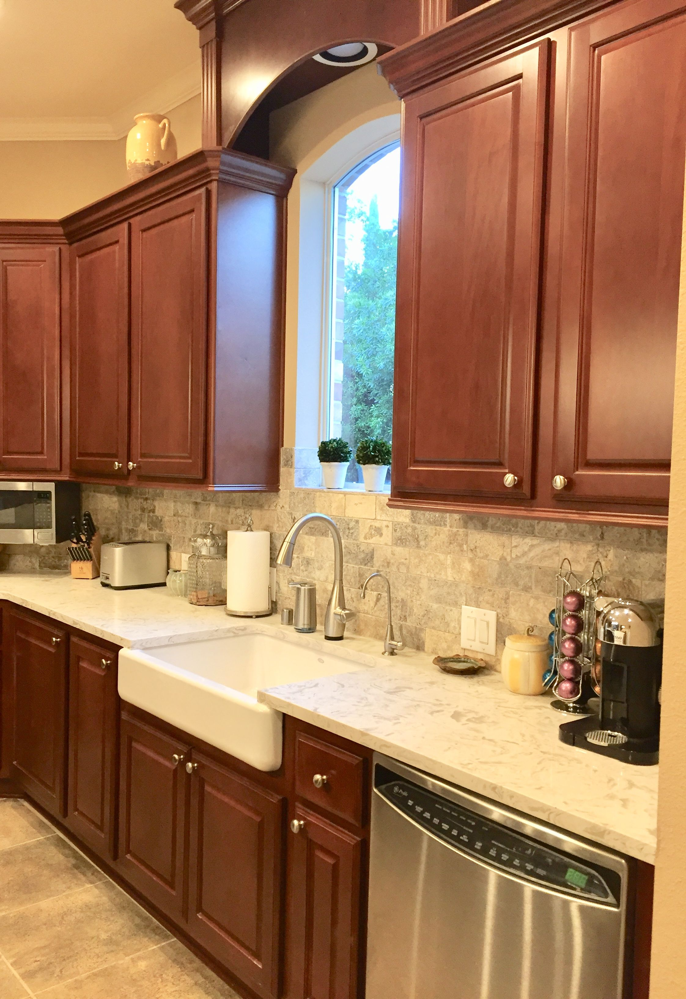 Cherry Kitchen Tumbled Travertine Backsplash With Maestro Quartz Brown Kitchen Cabinets Kitchen Renovation Replacing Kitchen Countertops