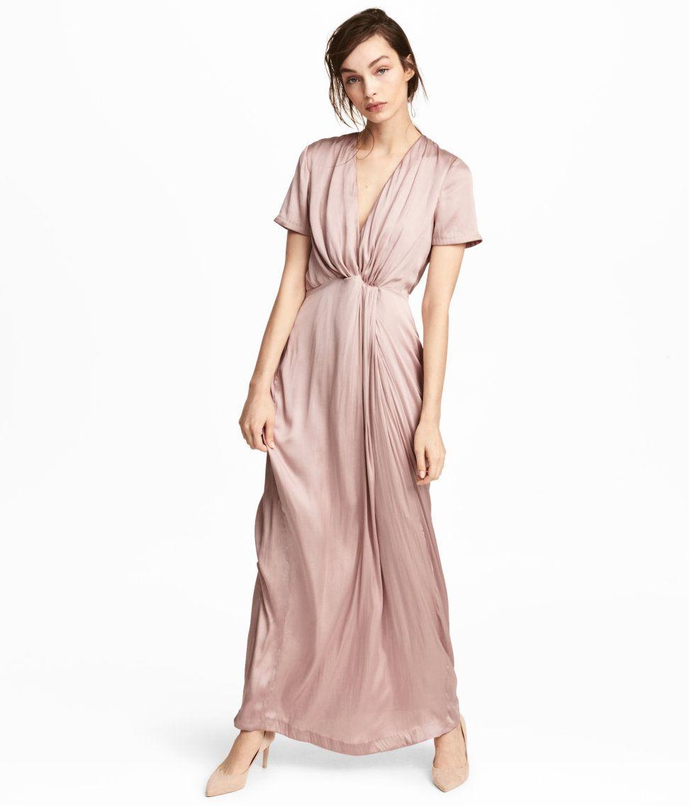 Kolla in det här! En långklänning i satin med kort ärm. Klänningen ...
