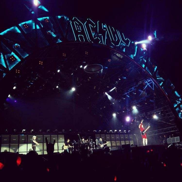 """Fabricio Avilés, que califica el concierto de """"brutal"""", nos mandó esta foto del mítico Angus Young en el escenario. Foto: @Britzio"""