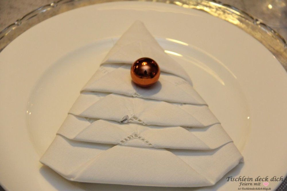Weihnachtliche Tischdekoration mit Tortenspitzenbäumchen - Tischlein deck dich #weihnachtlichetischdekoration