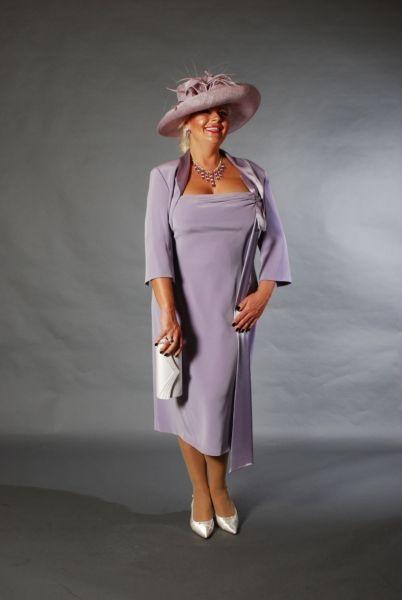 2952ac0f13 Csinos kreppszatén molett örömanya kosztüm kis boleróval és elegáns női  kalappal