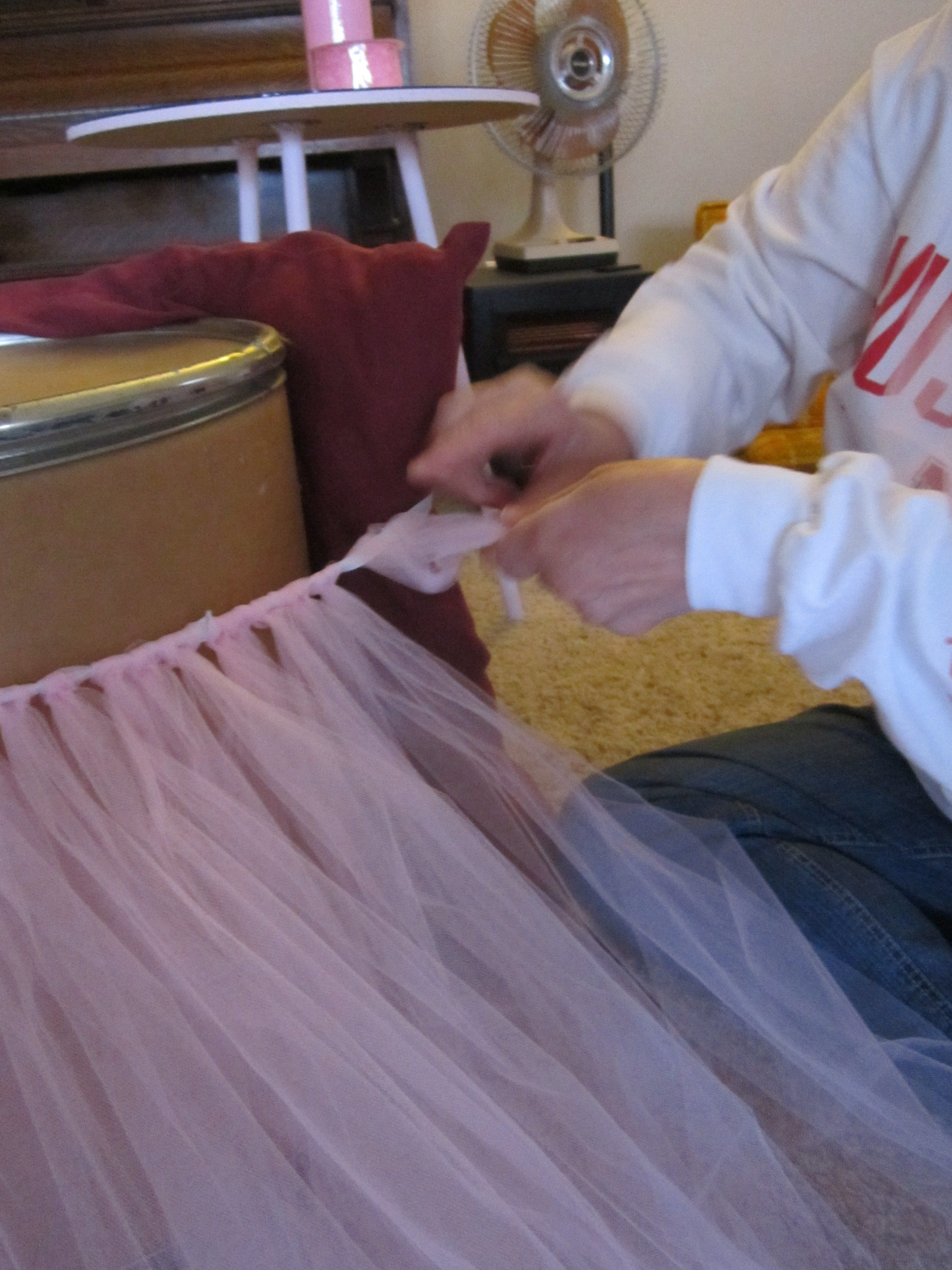 Make your own table skirt with tulle | DIY | Pinterest