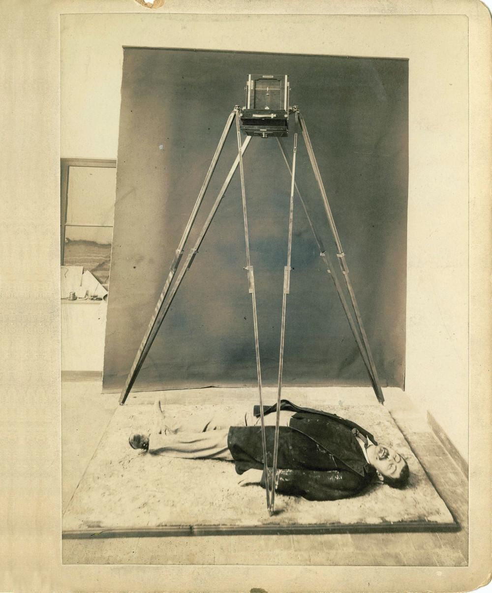 Selvom fotografier af gerningssteder som oftest blev ledsaget af skitseringer og håndtegnede kort over  omgivelserne, for at kunne gengive de præcise dimensioner, blev en anden metode taget i brug, når det kom til menneskekroppe: perspektometrisk tilretning. Kameraet, hvormed denne øvelse realiseres, skal placeres ovenfor og vinkelret i forhold til liget, så det trykte billedes midterlinje løber præcist mellem øjnene på liget og skærer næseroden. Dette billede blev taget af politiet for at…