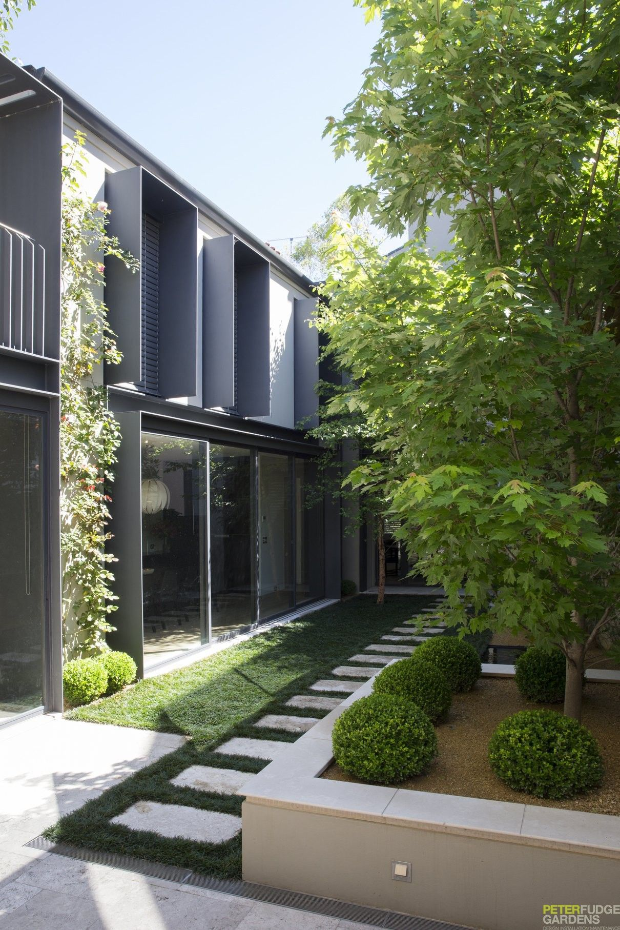 Casa moderna de amplio territorio arquitectura for Paisajismo jardines casas