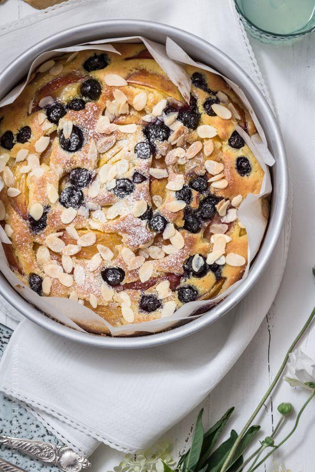Nektarinen-Blaubeer-Kuchen mit einem Butterzuckerguss und gerösteten Mandeln | KLITZEKLEIN | Bloglovin'