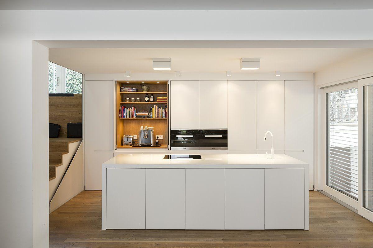 Küche im Wohnzimmer glänzend weiß   – Küchen