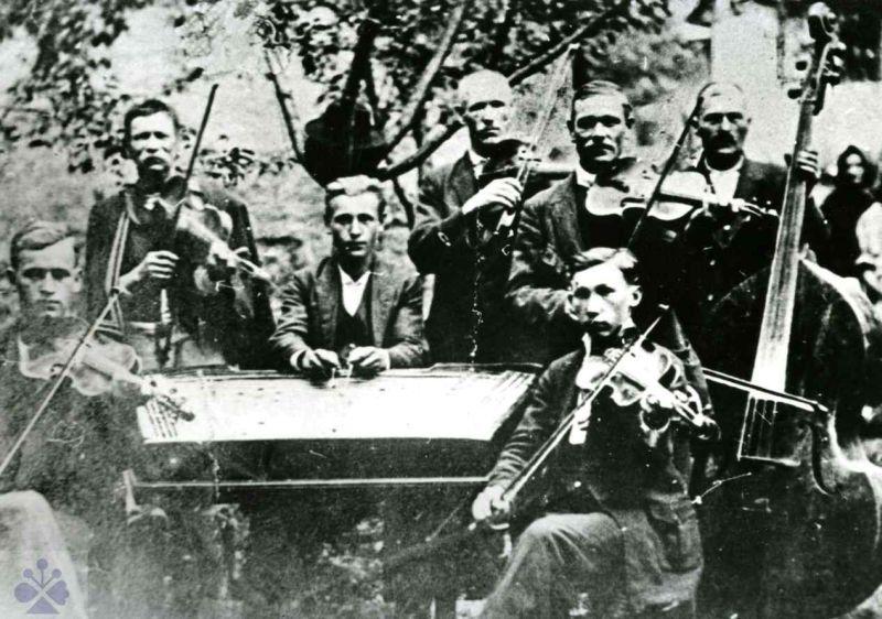 Cimbalová hudba zPodkoníc (okres Banská Bystrica), 1924. Vedecký archív ÚEt SAV.