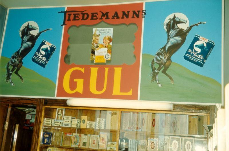 Butikklokale med tobakk og reklame for Tiedemanns gul og Blue Master sigaretter
