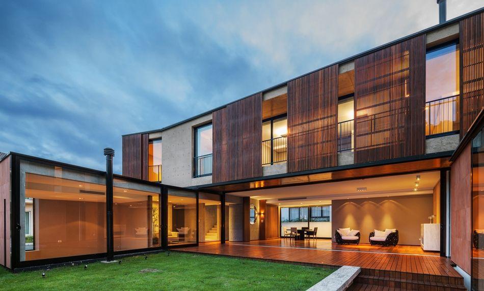 Sompteux mélange de pierre, bois et béton pour cette maison ...