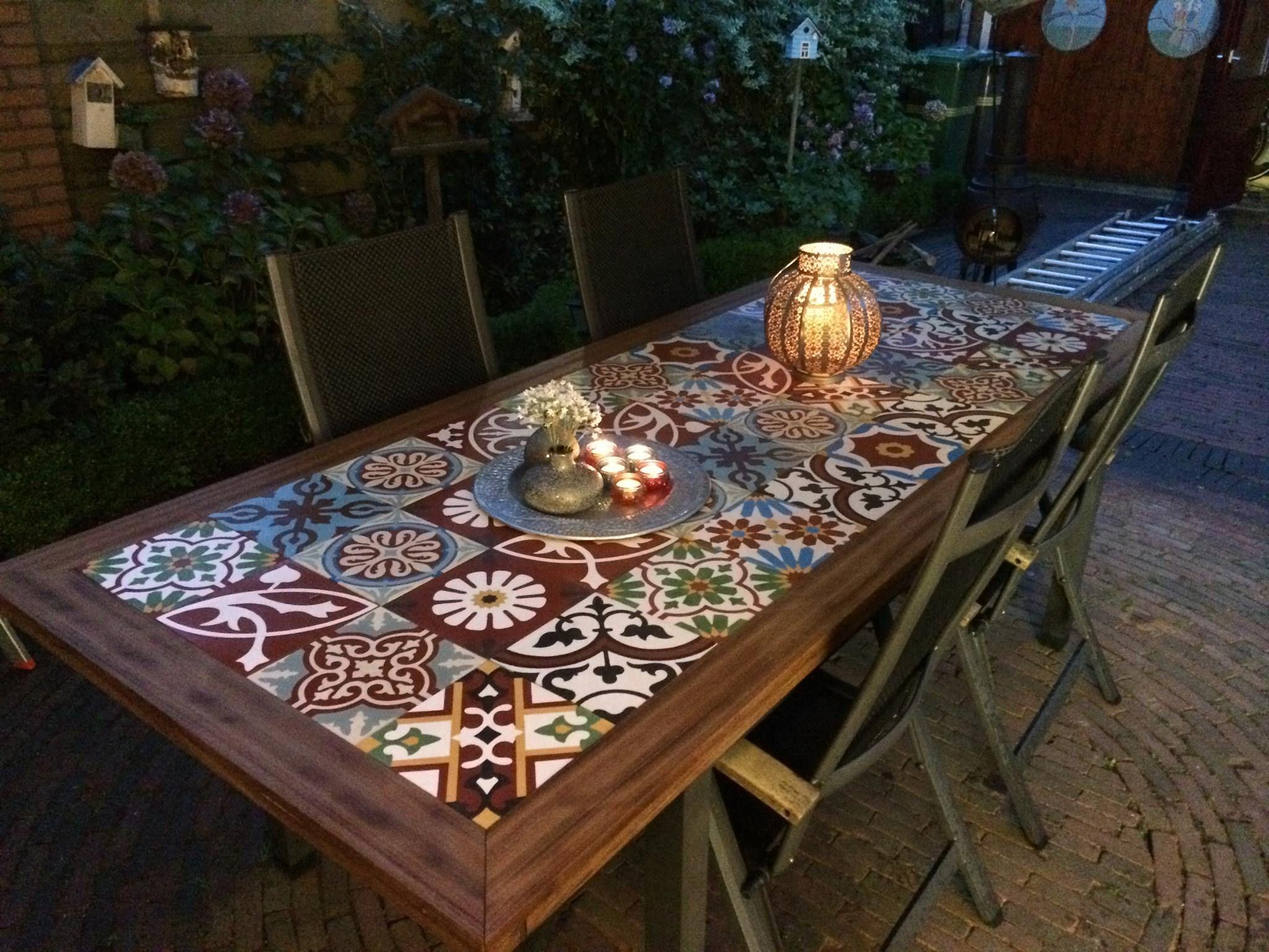Tuintafels met een tafelblad van vrolijke tegels van designtegels