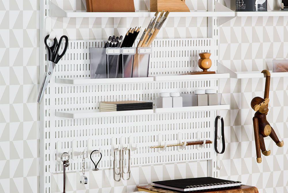 un panneau perfor pour un coin bureau am nag avec des crochets et tag res m tal vice versa. Black Bedroom Furniture Sets. Home Design Ideas