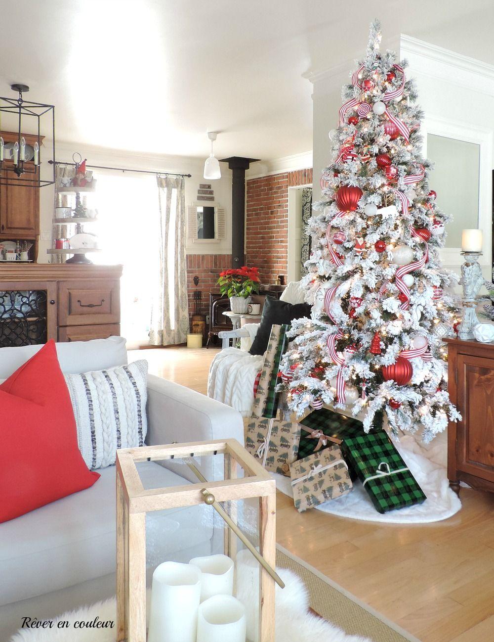 Noël en rouge et blanc dans le salon | Rouge et blanc, Salons de noël, Decoration noel