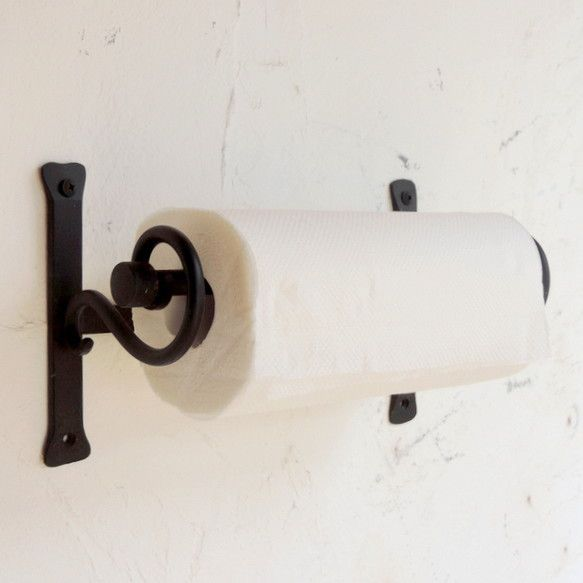 アイアンのキッチンペーパーホルダーです。シンプルなデザインなのでどんなキッチンにもぴったりなじんでとってもかわいくなります!ペーパーを交換するときは真ん中の棒...|ハンドメイド、手作り、手仕事品の通販・販売・購入ならCreema。
