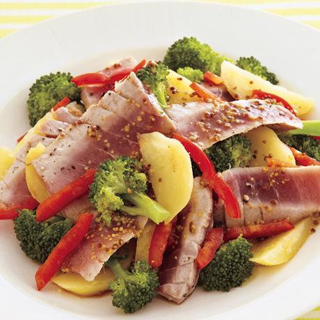 レタスクラブの簡単料理レシピ まぐろは表面だけを焼いて栄養をキープ。粒マスタードがアクセントに「まぐろのホットサラダ」のレシピです。