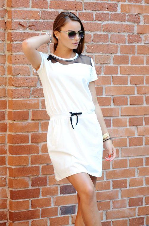 5d2b55b540 Bawełniana sukienka o prostym fasonie i sportowym charakterze. Ciekawym  elementem jest siateczka przy dekolcie w