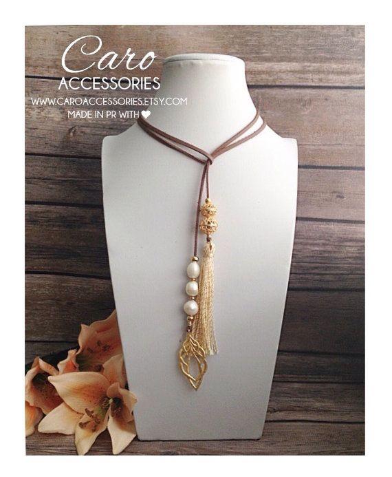 580267401103 Lariat en gamuza revestida de cuero sintético con perlas de agua dulce.  Hoka enchapada en